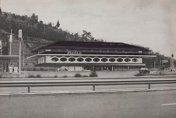Renzo Zavanella, Autogrill Motta località S. Ilario, autostrada Genova-Sestri Levante, 1967-1970, Stampa fotografica bianco e nero su carta bromuro d'argento con interventi montata su cartone, 400 x 590 millimetri