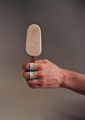 """Per la mostra <em>Design for (every)one</em> """"Sebastian's ice-cream aid"""" dispositivo di sostegno per il gelato di Sebastian Co-design: D4E1 (gruppo di ricerca D4E1 dell'Hogeschool West-Vlaanderen, coordinato da Lieven De Couvreur) & Sebastian"""