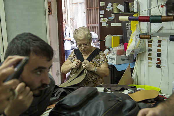 Khaled El Mays (a sinistra) arriva dal Libano e si è confrontato con gli artigiani dei quartieri napoletani (foto Francesco Cavaliere)