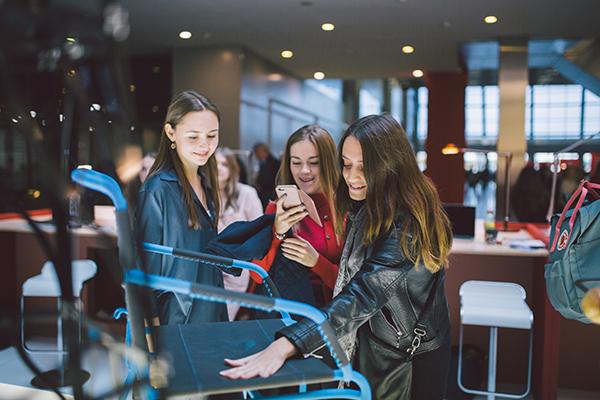 Sono impegnati nella presentazione di progetti in bilico tra nuove tecnologie e artigianato i 36 giovani creativi delle migliori scuole di design della Russia e delle ex Repubbliche sovietiche che partecipano al SaloneSatellite Moscow. I primi tre classificati verranno invitati all'edizione 2019 del SaloneSatellite, che si terrà nell'ambito del Salone del Mobile.Milano dal 9 al 14 aprile 2019