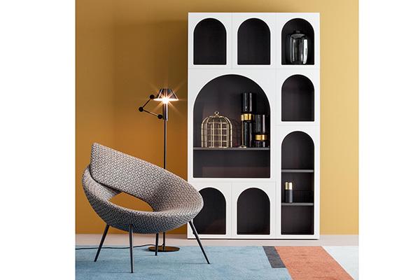 """Se si ha la fortuna di disporre di uno spazio ampio si può creare una piccola biblioteca. Il <em>Cabinet de Curiosité</em> di <a href=""""https://www.bonaldo.it/"""">Bonaldo</a> si compone di sei moduli differenti liberamente accostabili per ottenere la configurazione desiderata"""