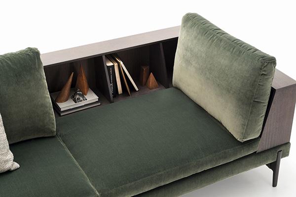 """I divani attrezzati con piani d'appoggio e vani per contenere sono una soluzione furba per chi non può adibireun angolo della casa a zona lettura.<em>Kim</em> di <a href=""""https://www.ditreitalia.com"""">Ditre Italia</a>ospita ad esempio unapiccola libreria"""