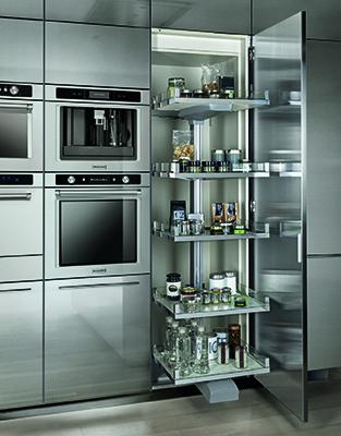 La cucina Free steel di Euromobil è in acciaio inox AISI 304 satinato antimpronta, qui è proposta con una pratica e capiente colonna attrezzata a meccanismo estraibile