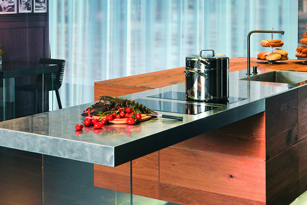 La cucina 36e8 di Lago si distingue per il piano in Wildwood che garantisce resistenza all'uso e impermeabilità ai liquidi