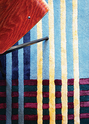 """Per rendere più accogliente l'angolo lettura possiamo delimitarlo con un tappeto come <em>Mallet</em> di Ferruccio Laviani per <a href=""""https://www.londonart.it/"""">LondonArt</a>"""