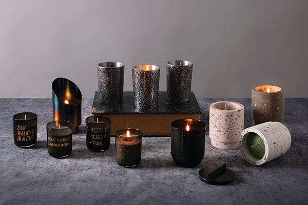 """Rendete lo spazio più piacevole con una <a href=""""http://design.repubblica.it/2017/05/11/arredare-con-le-piante/"""">pianta</a> o delle candele come le <em>Home Scents</em> di <a href=""""https://www.seletti.it/"""">Seletti</a> con essenze ricercate che evocano sensazioni provenienti da luoghi lontani"""
