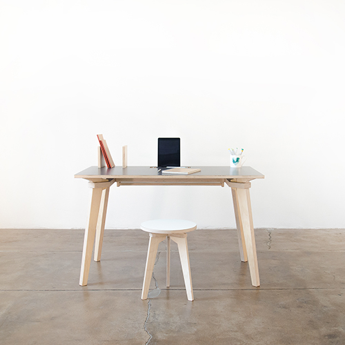 <em>Italodesk </em>di Stefano Carta Vasconcellos è  un sistema di scrivanie in multistrato di betulla. La struttura è supportata solo da un sistema di giunzioni. Niente viti, niente colla e si monta in pochi minuti. La dimensione la sceglie il cliente, poiché ciascun pezzo è progettato su misura in digitale