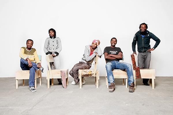 Il team delle Embassy-Chair (design originale Enzo Mari 1974) a Cucula, Berlino, 2015 (© Cucula eV, foto Verena Brüning)