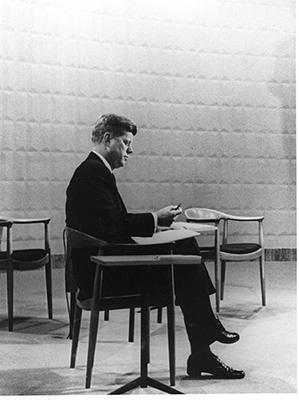 John F. Kennedy seduto su JH501 di Hans J. Wegner (1949/50) durante un dibattito televisivo tra i candidati presidenziali degli Stati Uniti nel 1960 (courtesy Hans J Wegners Tegnestue)