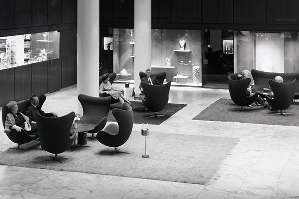 Zona salotto con copie della Egg-Chair di Arne Jacobsen (1957/58) in gruppi nella hall del SAS Royal, Hotel, Copenhagen, 1960 (© Strüwing Jørgen)