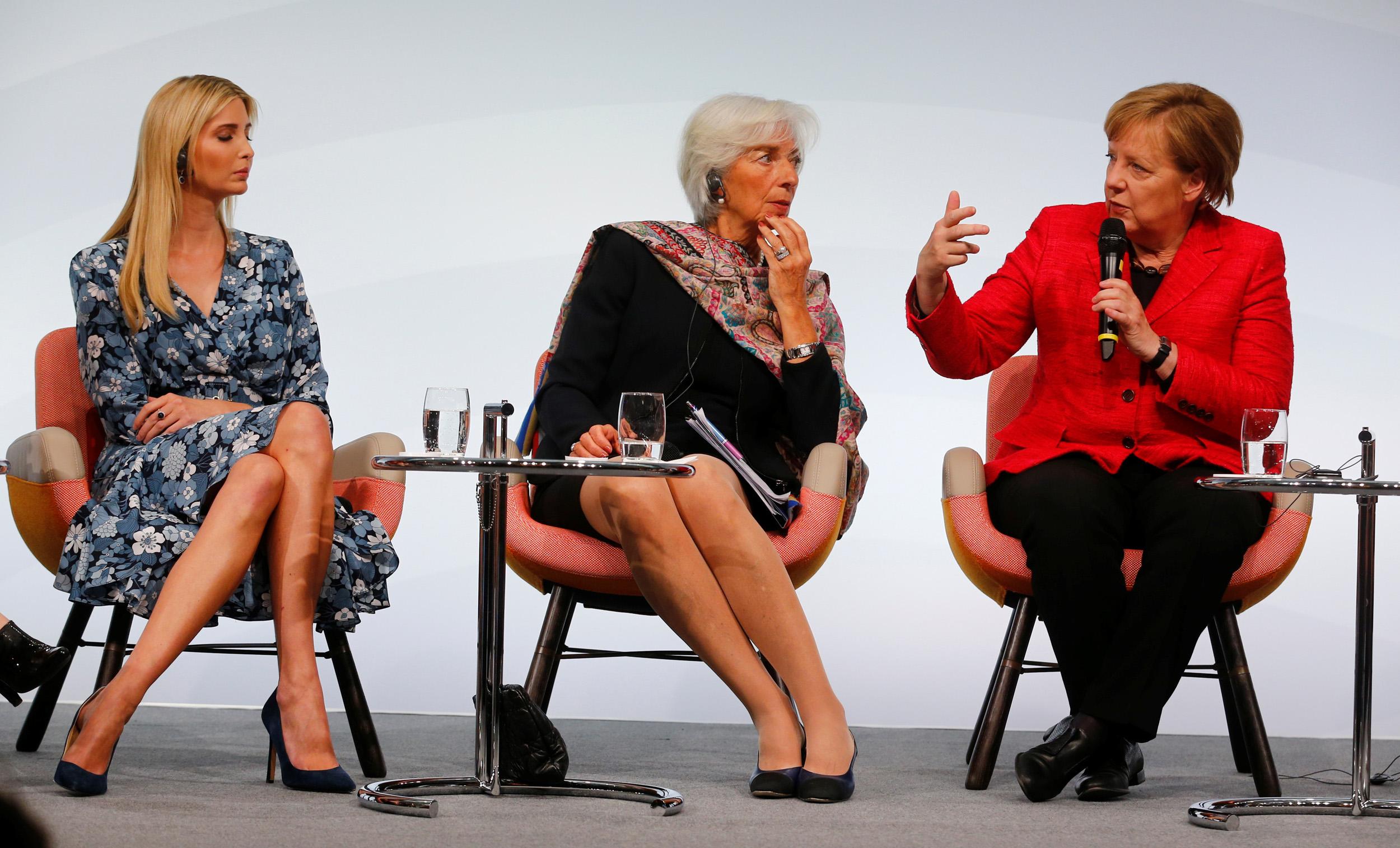 Angela Merkel, Christine Lagarde e Ivanka Trump durante una tavola rotonda al Summit Women20 di Berlino siedono sulle East River Chair di Hella Jongerius