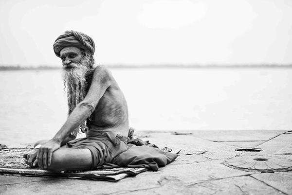 """Poi c'è quello che tocchi, sia esso un muro che nelle sue crepe porta secoli di storia, o un pavimento lucido, che ha visto ricche signore danzarci sopra (Corrado Peli, scrittore). """"Varanasi, la città della luce"""" (foto Paolo Balboni)"""