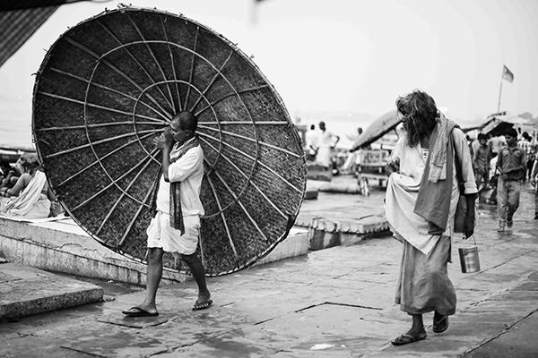 """Sono 18 in tutto gli scatti fotografici in bianco e nero che raccontano la città. """"Varanasi, la città della luce"""" (foto Paolo Balboni)"""