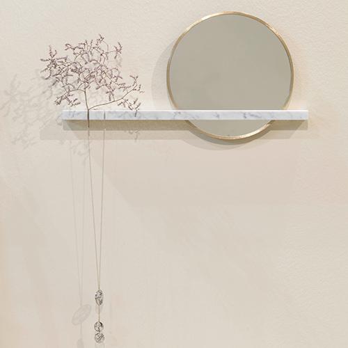 La mensola <em>Alba</em> di Valentina Zuendel è in marmo bianco di Carrara con tagli per l'incastro di uno specchio in ottone e la sospensione di gioielli