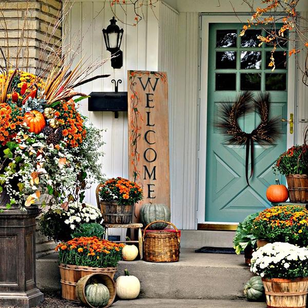 Se decorare l'interno è semplice, farlo all'esterno è praticamente cosa naturale. Dopo aver raccolto una buona dose di foglie secche potete pensare di utilizzarle per una composizione all'ingresso di casa