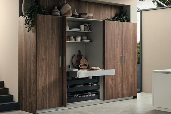 Lounge di Veneta Cucine permette di contenere elettrodomestici o di interpretare la dispensa in maniera innovativa