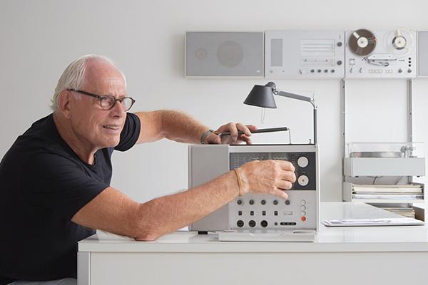 """<em>Rams</em> di Gary Hustwit - Per oltre cinquant'anni, Dieter Rams ha lasciato un segno indelebile nel campo del product design e del mondo in generale con il suo iconico lavoro per Braun e Vitsoe. L'influenza del designer si estende anche ai suoi """"Dieci principi del buon design"""", una lista di regole che sostiene la semplicità, l'onestà e la moderazione, valida ancora oggi. Nel 2008, Gary Hustwit ha intervistato Rams per il suo documentario <em>Objectified</em>, ma qui ha potuto condividere solo una piccola parte della sua storia. Dieter Rams, che ora ha 86 anni, è una persona molto riservata, tuttavia si è concesso a Hustwitt per realizzare il primo documentario sulla sua vita e il suo lavoro. <em>Rams</em> è un documentario di design, ma è anche una riflessione sul consumismo, il materialismo e la sostenibilità. La filosofia del progettista tedesco riguarda non solo il design, è un modo di vivere"""