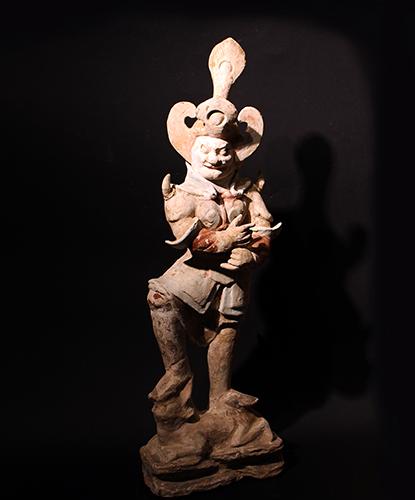 LUCIO MORINI Figura di un Lokapala, ovvero guardiano dei punti cardinali, in terracotta,  ingobbio e colori minerali dipinti a freddo. Altezza cm 65. Cina, dinastia dei Tang (618-907 d.C.)