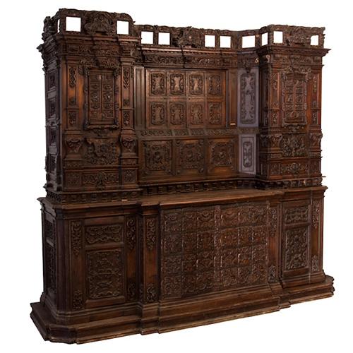OPERA NOTIFICATA  ANTICHITA' LONGO - Mobile da sacrestia in legno di noce. Emilia, metà del XVIII secolo. L 274 x P 84 x H 243