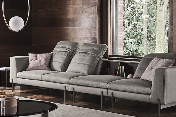 """Per arricchire il grigio Kate Watson-Smyth si attiene a una regola: inserire sempre qualche elemento in legno. In questo modo si conferisce all'ambiente un aspetto ancora più accogliente. Ne è un esempio l'ambientazione di <a href=""""http://www.ditreitalia.com"""">Ditre Italia</a> con protagonista il divano <em>Kim</em>"""