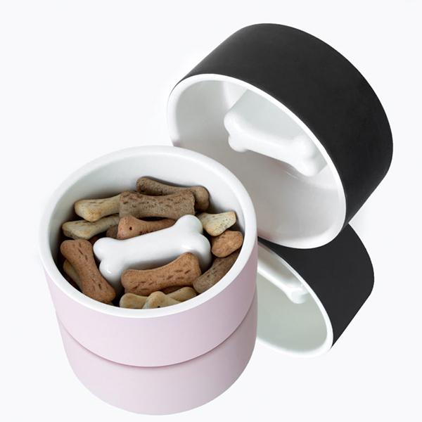 """<a href=""""https://magisso.com"""">Magisso</a> propone ciotole in ceramica sia per cani che per gatti. La forma ossea al centro favorisce la masticazione lenta (prezzo da 25 euro)"""