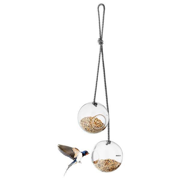 """La mangiatoia per uccelli in vetro di <a href=""""http://www.evasolo.com"""">Eva Solo</a>può essere sospesa sia dentro che fuori le mura domestiche (prezzo 39,95 euro)"""