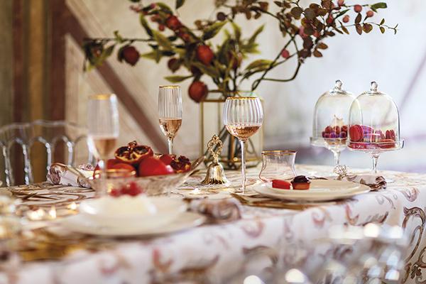 """La tendenza delle festività 2018 vuole una tavola di grande effetto. Preziosa e sfarzosa cita il Barocco e mette argenteria efruttain bella vista. Ne è un esempio lamise en place di<a href=""""https://www.coincasa.it/"""">Coincasa</a>"""