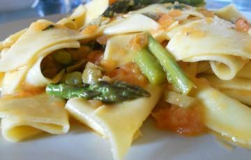 Maltagliati asparagi, olive e crema di pachino