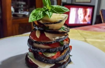 Torre di melanzane fritte, mozzarella e pomodori