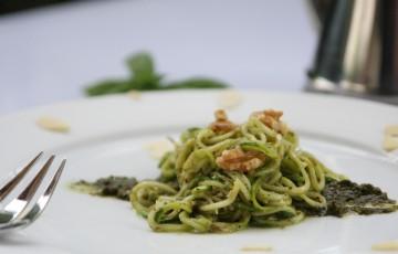 Spaghetti di zucchine con emulsione di basilico