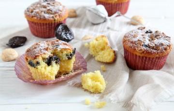 Muffin allo yogurt con amaretti e prugne secche