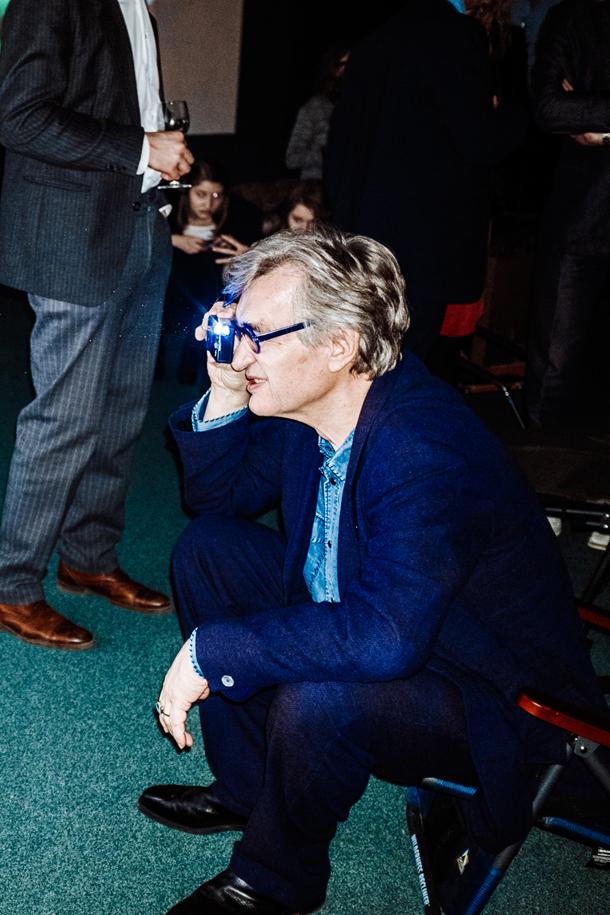 Wim Wenders mentre fotografa James Franco © Giacomo Cosua