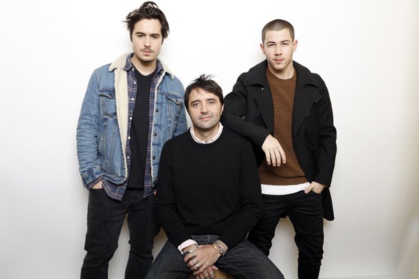 Ben Schnetzer e Nick Jonas insieme al regista Andrew Neel © Matt Sayles/Invision/AP)