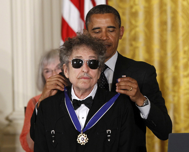 Il Presidente Barack Obama e Bob Dylan Medal of Freedom during a ceremony at the White House in Washington. Dylan won the 2016 Nobel Prize in literature, announced Thursday, Oct. 13, 2016. (AP Photo/Charles Dharapak, File)