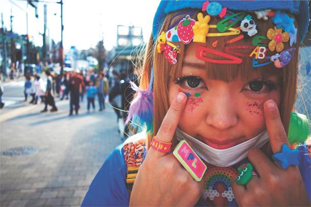 Una Harajuku girl, Tokyo, 2016: un montaggio di mollette e glitter kawaii. © Tomoike FOTO A P. 130
