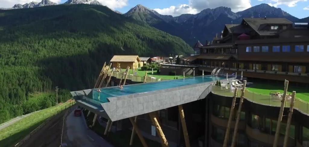 La piscina sospesa nel vuoto nuotata tra le dolomiti - Hotel valdaora con piscina ...