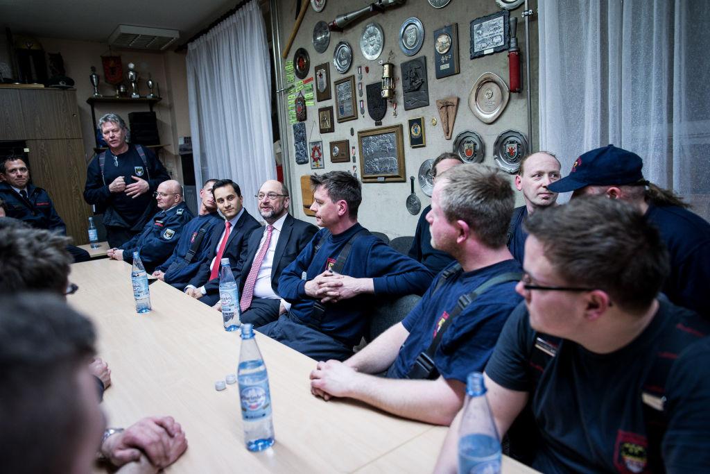 DUISBURG, GERMANY - FEBRUARY 15: Martin Schulz, the chancellor candidate of the Martin Shulz in visita tra i volontari del vigili del fuoco. Foto di Maja Hitij/Getty Images