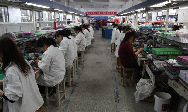 Cina, urina da bere a dipendenti inefficienti: arrestati manager