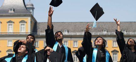 Studenti della Rheinische Friedrich-Wilhelms-Universitaet di Bonn festeggiano la laurea. Andreas Rentz/Getty Images
