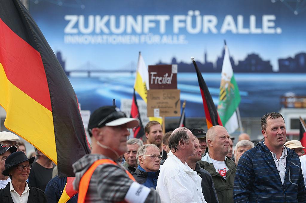 """""""Futuro per tutti"""" recita il manifesto alle spalle dei sostenitori del movimento xenofobo tedesco Pegida a Dresda. Sean Gallup/Getty Images"""