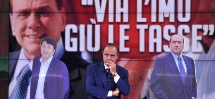 Il conduttore Bruno Vespa con le sagome cartonate di Matteo Renzi e Silvio Berlusconi. Mimmo Chianura / AGF