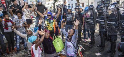 24/08/17 Roma Sgombero degli immigrati accampati a piazza Indipendenza; nella foto momenti di tensione tra le forze dell'Ordine e migranti