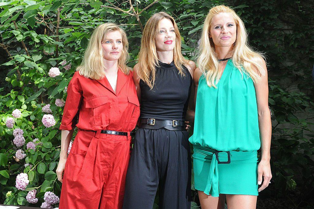 6e7db54861 MILANO, GIUGNO 2012: Beatrice e Gaia Trussardi, con Michelle Hunziker alla  sfilata di Trussardi primavera-estate 2013 – foto di Pier Marco Tacca/Getty  ...
