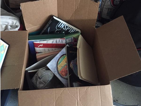 Un'altra delle mie scatole con ciò che ho mantenuto. Ci sono alcune cose che uso ancora, e i miei annuari, che sono stata combattuta su se mantenerli o buttarli. Ho deciso di tenerli per ora!