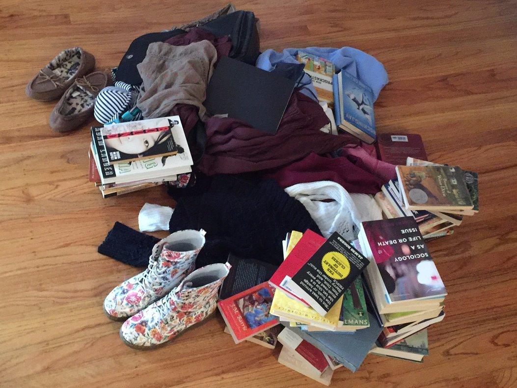 I libri mi hanno salvato qui, insieme a un intero mucchio di abiti e scarpe.