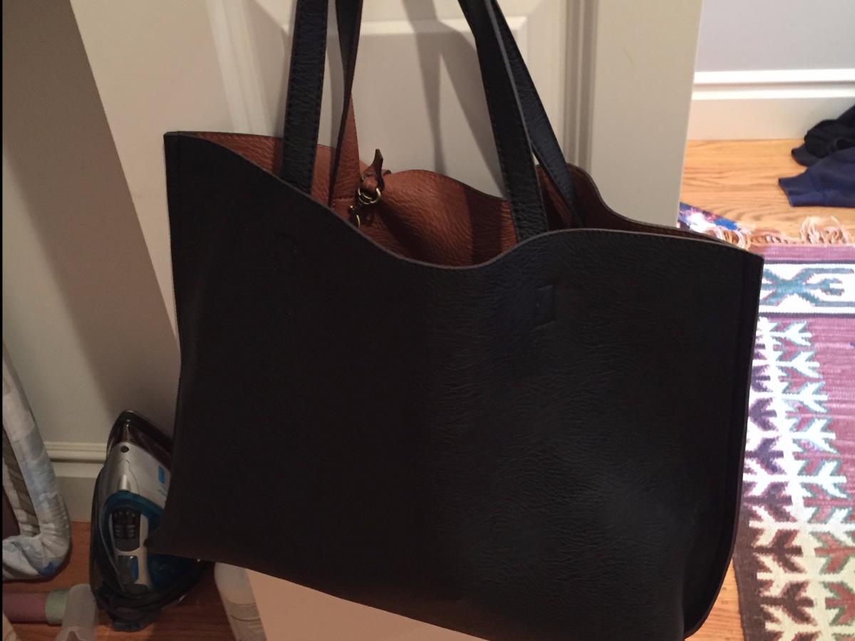 DIDA Questa borsa è reversibile, quindi, sono fondamentalmente due borse! Mi sono sbarazzata di quasi tutte le altre borse che possedevo, perché non le ho mai usate.