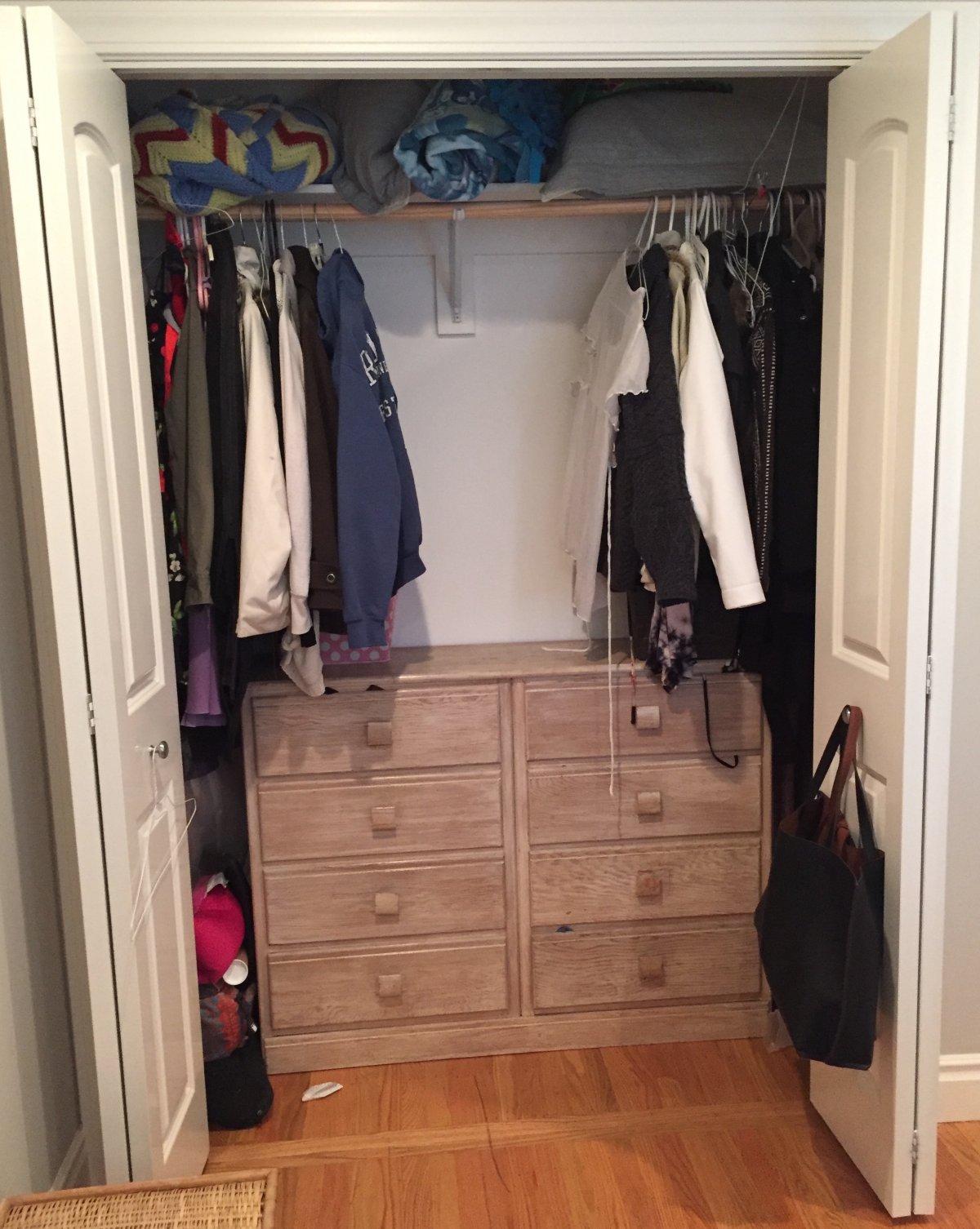 DIDA Si può finalmente vedere la parte posteriore del mio armadio. Progresso! La cosa rosa e morbida in basso a sinistra è un cuscino aeroplano che porto su tutti i miei voli a lungo raggio.