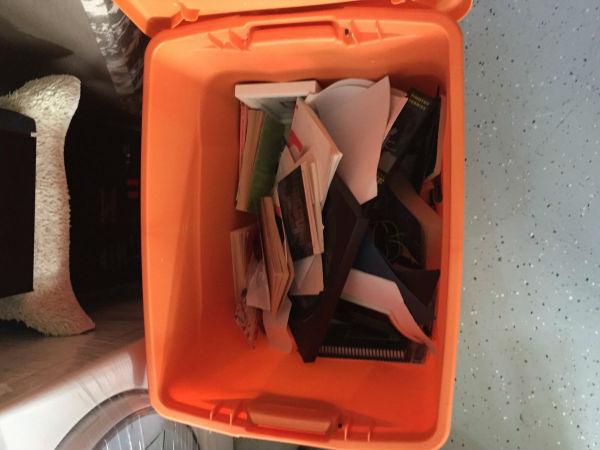 DIDA Ecco una delle scatole di cose che ho tenuto. Ha per lo più memorabilia e libri che non ho voluto lasciare - significano troppo per me.