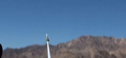 Ol momento del decollo di Mike Hughes e del suo razzo. Fotogramma del video di Noize Tv.