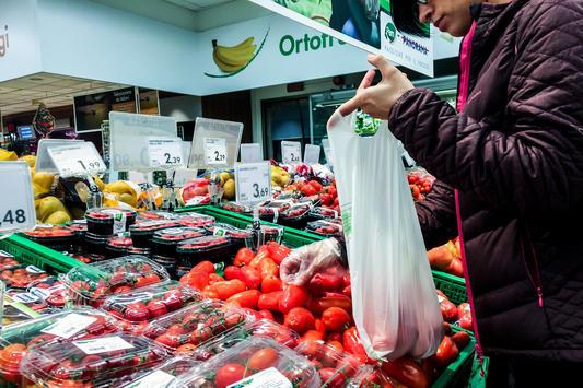 Non solo bollette, autostrada e sacchetti al supermercato. Cosa pagheremo di più (e cosa di meno) nel 2018
